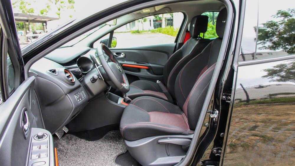 Đánh giá xe Renault Clio RS200 2015 có hai hàng ghế làm bằng nỉ cao cấp.