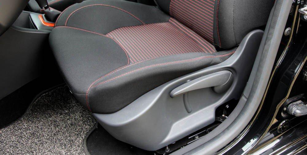 Đánh giá xe Renault Clio RS200 2015 có hàng ghế trước chỉnh cơ.