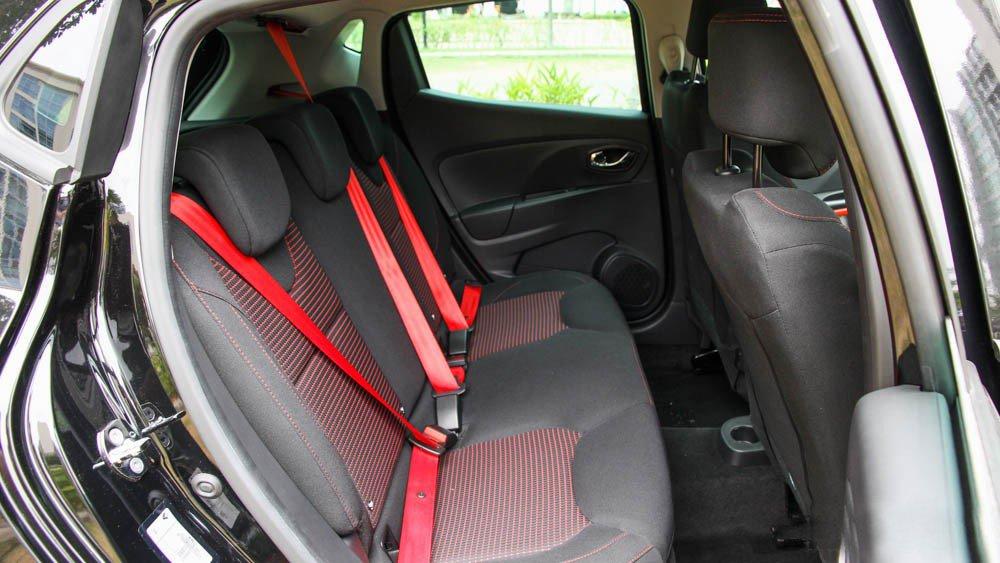 Đánh giá xe Renault Clio RS200 2015 có hàng ghế sau khá thoải mái với 3 người ngồi.