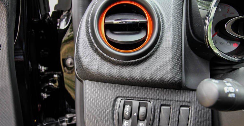 Đánh giá xe Renault Clio RS200 2015 có hốc gió làm lạnh nhanh.