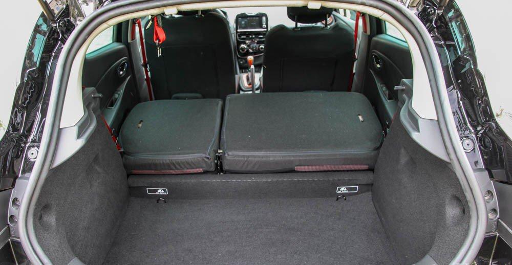 Đánh giá xe Renault Clio RS200 2015 có thể gập được hàng ghế sau tăng diện tích cốp xe.
