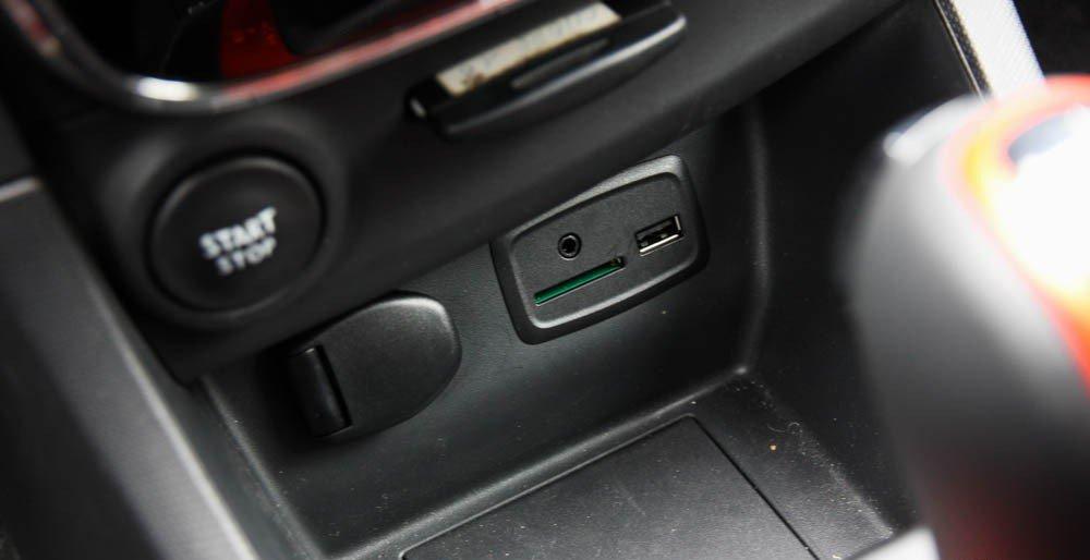 Đánh giá xe Renault Clio RS200 2015 có ổ cắm tai nghe 3.5 AUX và USB.