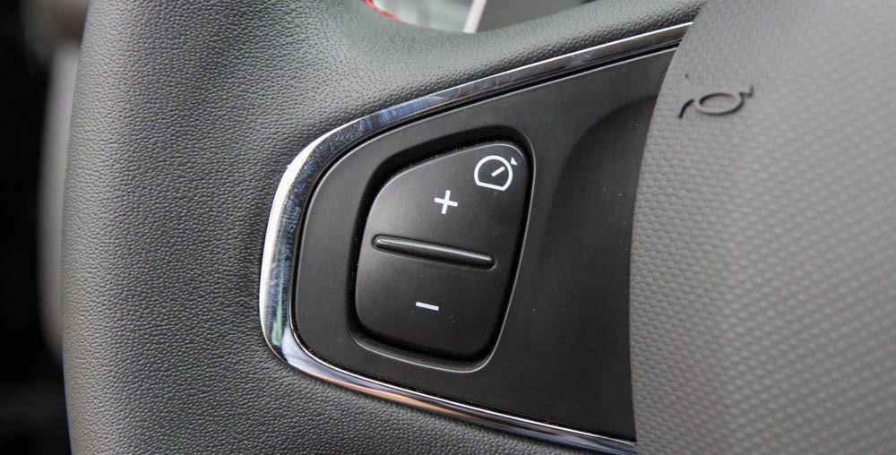 Đánh giá xe Renault Clio RS200 2015 có phím bấm điều khiển ga tự động.