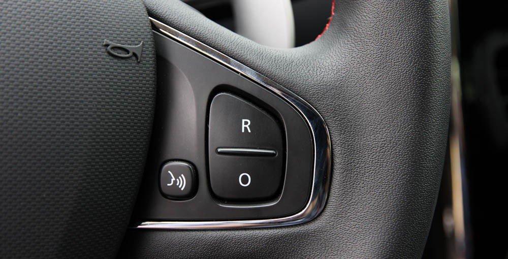 Đánh giá xe Renault Clio RS200 2015 có phím kiểm soát hành trình.
