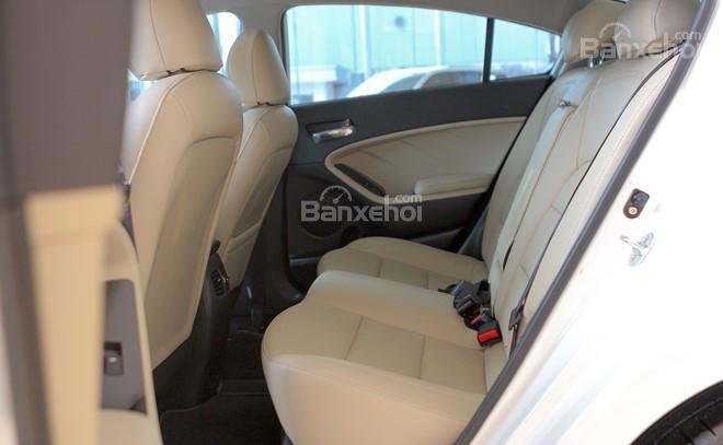 Đánh giá xe Kia Cerato 2016 có các hàng ghế sau chở 3 người ngồi rất thoải mái.