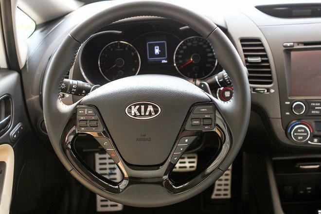 Đánh giá xe Kia Cerato 2016 có vô lăng bọc da 3 chấu thể thao.