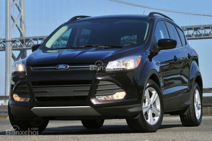 Đánh giá xe Ford Escape 2016 có lưới tản nhiệt hình lục giác với các thanh chắn ngang.