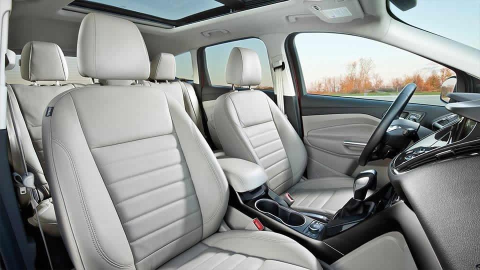Đánh giá xe Ford Escape 2016 có hàng ghế trước thiết kế ôm và nhiều các rãnh thoát khí.