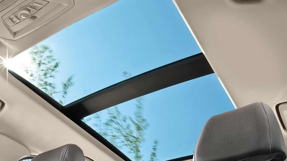 Đánh giá xe Ford Escape 2016 có cửa sổ trời lớn 2 khoang.