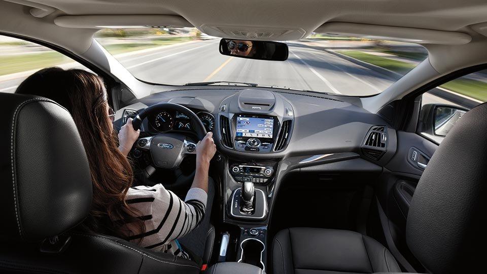 Đánh giá xe Ford Escape 2016 có nội thất khá rộng so với các xe cùng phân khúc.