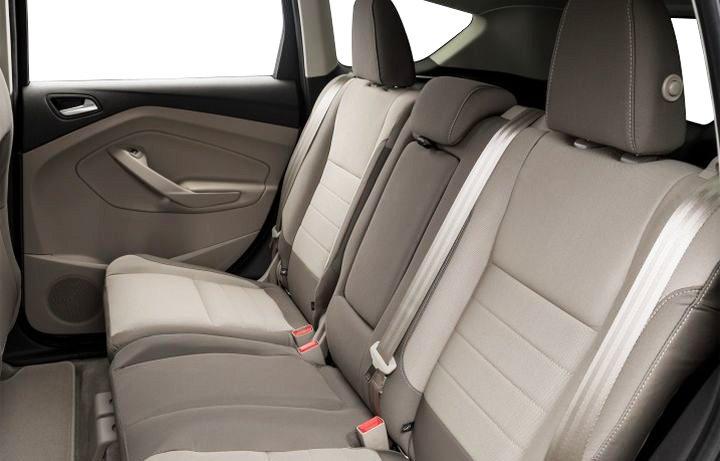 Đánh giá xe Ford Escape 2016 có hàng ghế sau vừa đủ 3 người lớn ngồi dễ chịu.