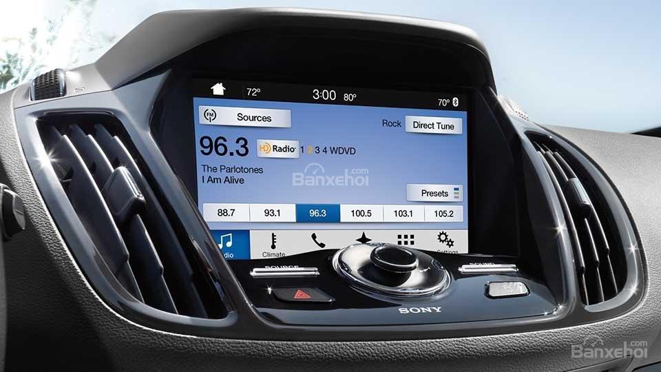 Đánh giá xe Ford Escape 2016 có màn hình DVD cảm ứng 8 inch.