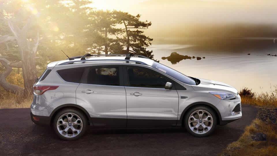 Đánh giá xe Ford Escape 2016 có thân cứng cáp với nhiều đường gân nổi.