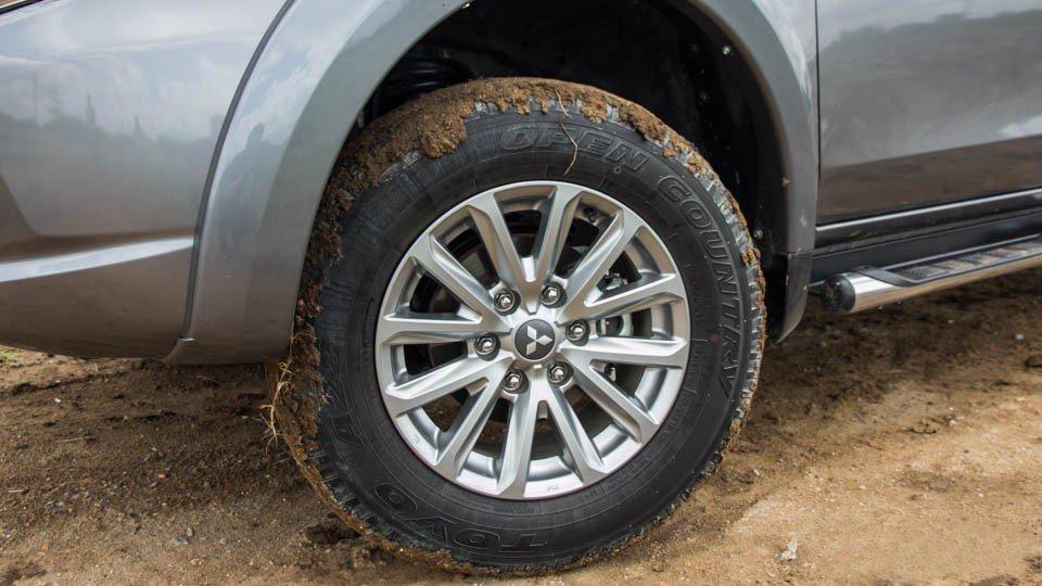 Đánh giá xe Mitsubishi Triton 2015 có lốp hợp kim đa chấu 17 inch (phiên bản 2 cầu).