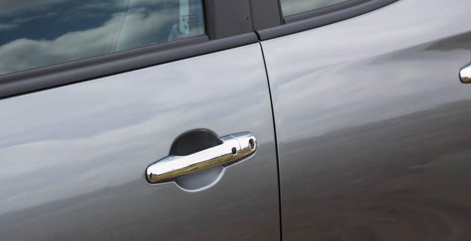 Đánh giá xe Mitsubishi Triton 2015 có tay nắm cửa cũng được mạ crom sang trọng.