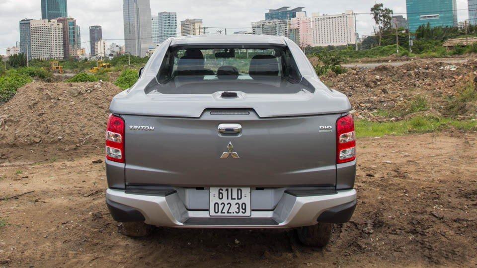 Đánh giá xe Mitsubishi Triton 2015 có đuôi xe hình chữ V trông gọn gàng.