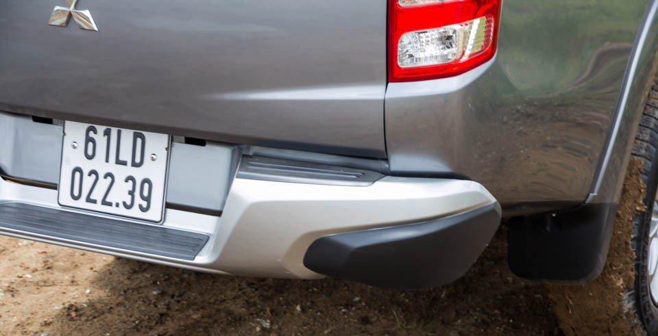 Đánh giá xe Mitsubishi Triton 2015 có cản sau làm bằng nhựa tổng hợp sơn đen khác biệt.