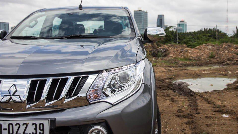 Đánh giá xe Mitsubishi Triton 2015 có cụm đèn pha dạng Bi-xenon Projector hiện đại.
