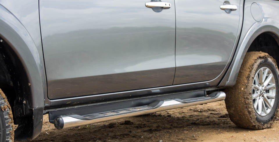 Đánh giá xe Mitsubishi Triton 2015 được trang bị bệ bước lên xuống tiện lợi.