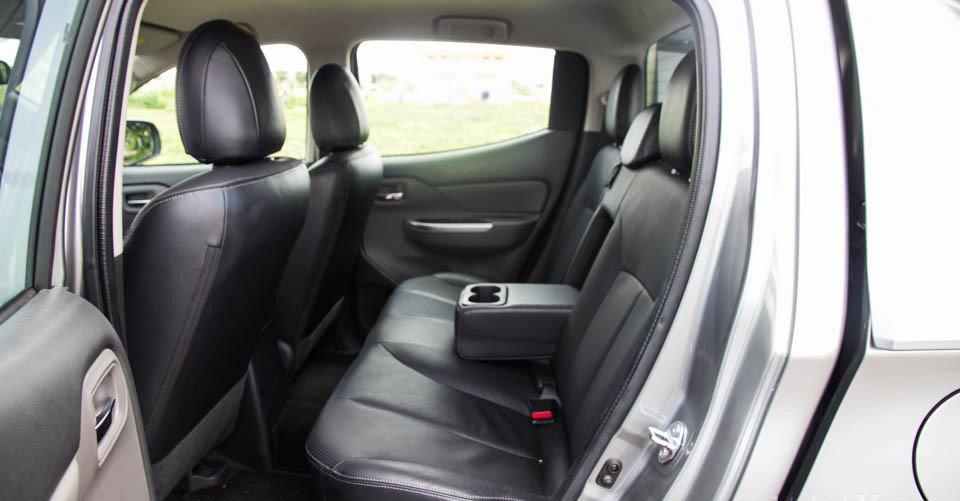 Đánh giá xe Mitsubishi Triton 2015 có bệ tì tay kiêm khay đựng cốc ở hàng ghế sau.