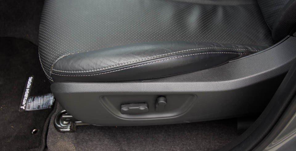 Đánh giá xe Mitsubishi Triton 2015 có thể chỉnh điện 8 hướng ở phiên bản cao cấp.