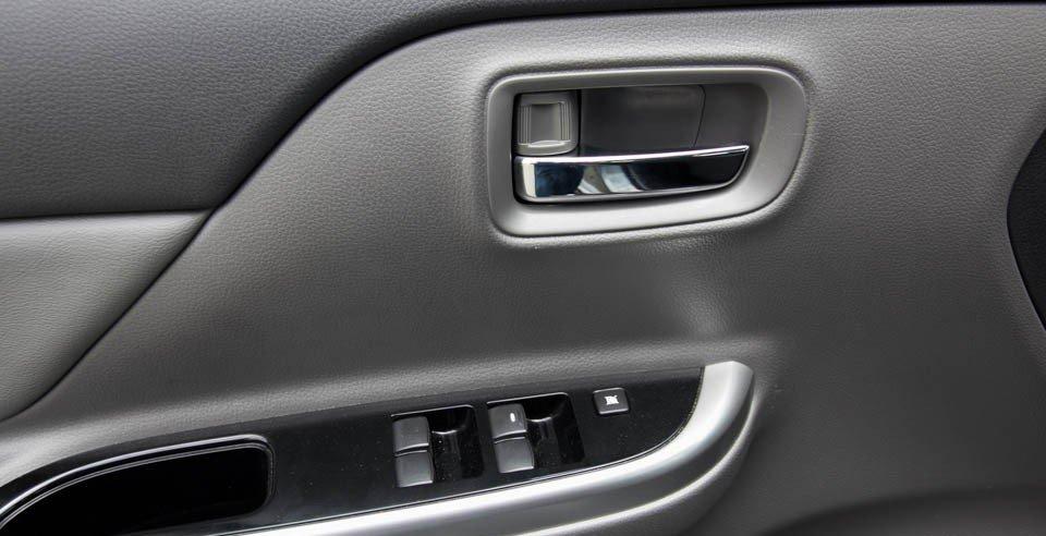 Đánh giá xe Mitsubishi Triton 2015 có cửa xe gần tài xế với các phím bấm tiện ích.