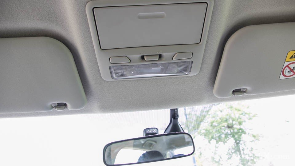 Đánh giá xe Mitsubishi Triton 2015 có đèn trần chiếu sáng ở trên đầu hàng ghế trước và sau.