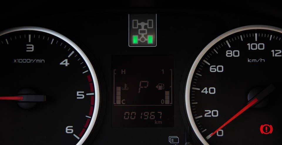 Đánh giá xe Mitsubishi Triton 2015 có màn hình nhỏ hiển thị thông tin chi tiết.