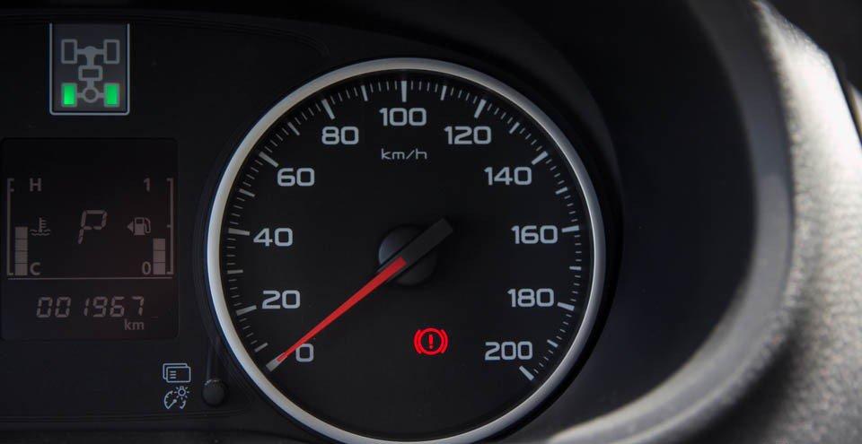 Đánh giá xe Mitsubishi Triton 2015 có đồng hồ đo tốc độ của xe.