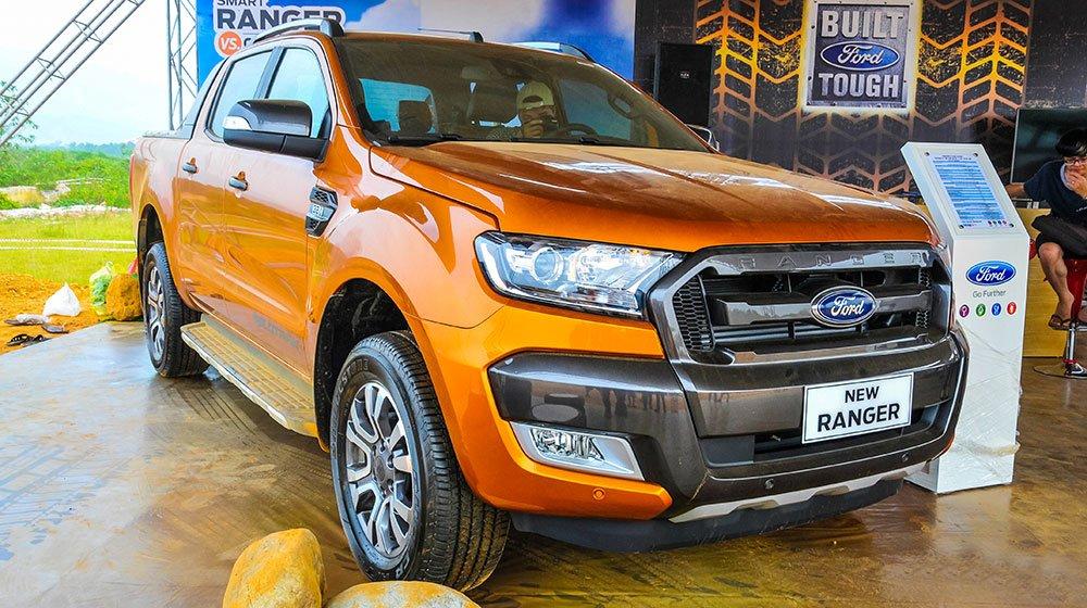 Đánh giá xe Ford Ranger Wildtrak 2015 có cản trước nhô dài ra tạo sự chắc chắn cho xe.