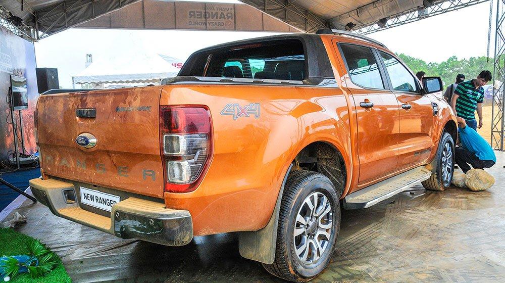 Đánh giá xe Ford Ranger Wildtrak 2015 có hông xe nổi gân cứng cáp.