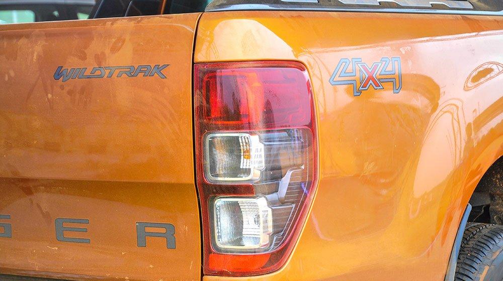 Đánh giá xe Ford Ranger Wildtrak 2015 có đèn hậu nằm trọn vẹn phần hông với 3 ô đèn.