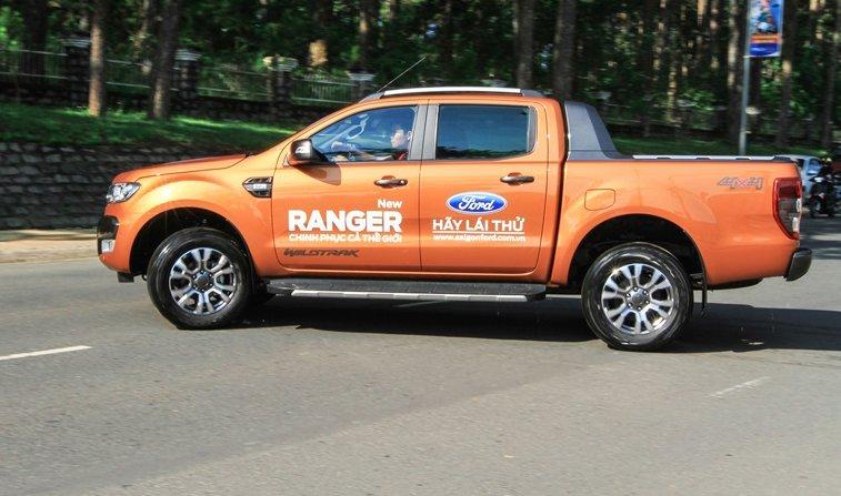 Đánh giá xe Ford Ranger Wildtrak 2015 có thân dài nhưng điểm nối vẫn hở tương đối rõ.