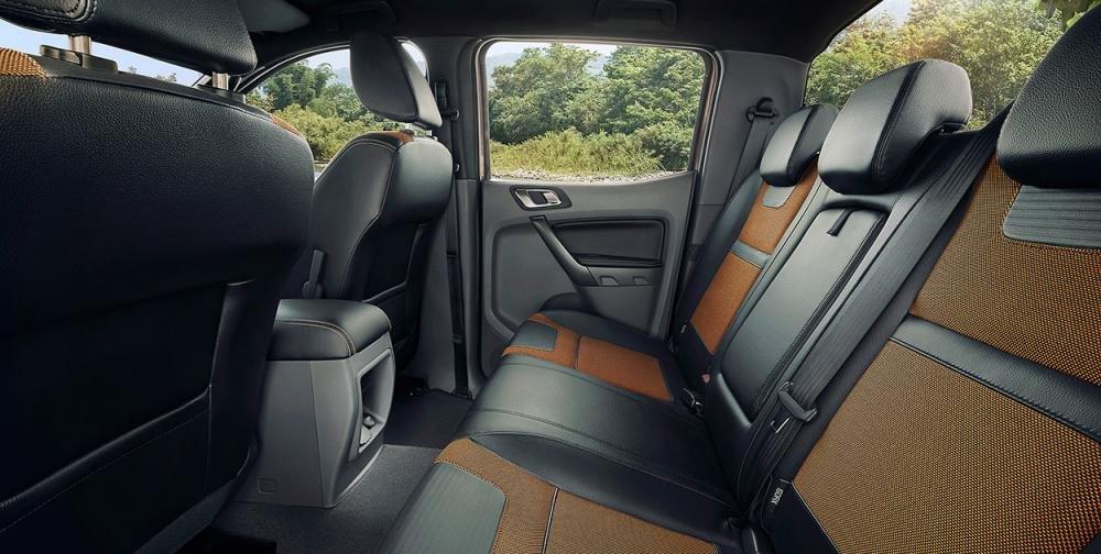 Đánh giá xe Ford Ranger Wildtrak 2015 có hàng ghế sau trang bị 3 tựa đầu và rất rộng rãi.