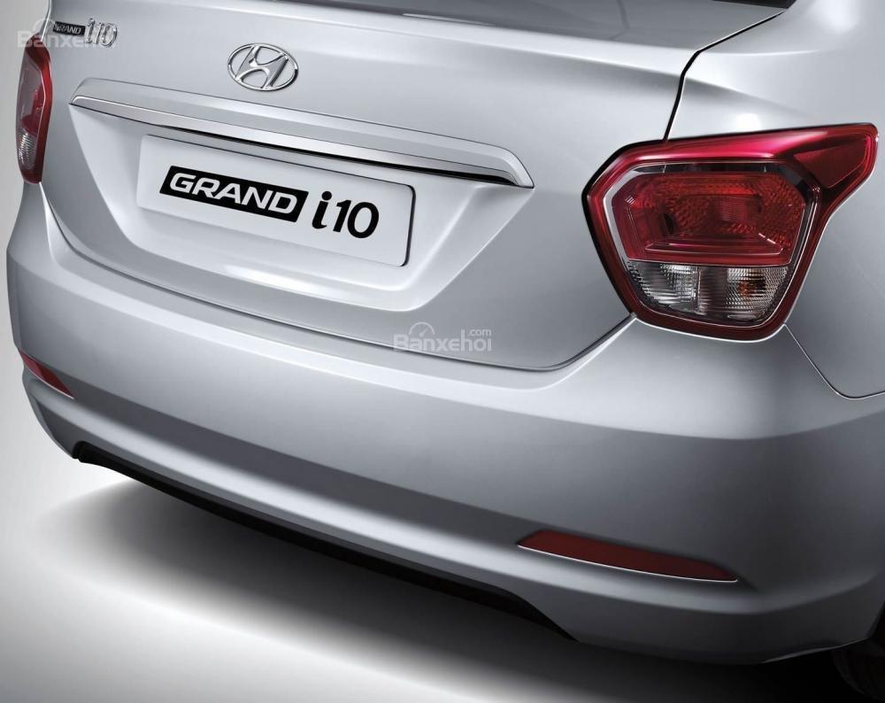 Đánh giá xe Hyundai Grand i10 sedan 2015 có đèn hậu LED dạng khối vuốt nhẹ sang hông.