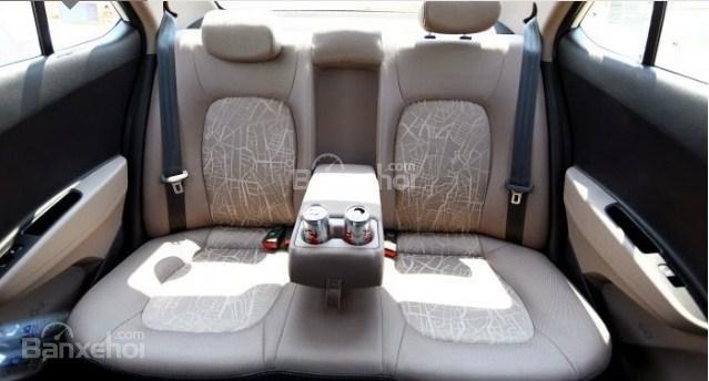 Đánh giá xe Hyundai Grand i10 sedan 2015 có bệ tì tay kiêm khay để cốc ở ghế giữa phía sau.
