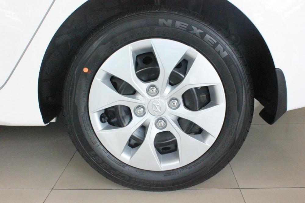 Đánh giá xe Hyundai Grand i10 sedan 2015 có mâm xe kích cỡ 14 inch đa chấu.