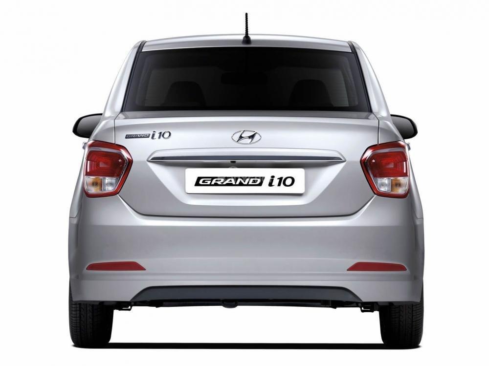Đánh giá xe Hyundai Grand i10 sedan 2015 có đuôi xe thiết kế khá mềm mại.