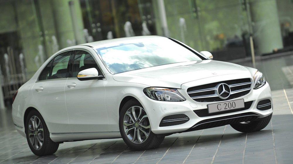 Mercedes-Benz C200 2015 có nắp capo kéo dài, mang dáng vẻ coupe.