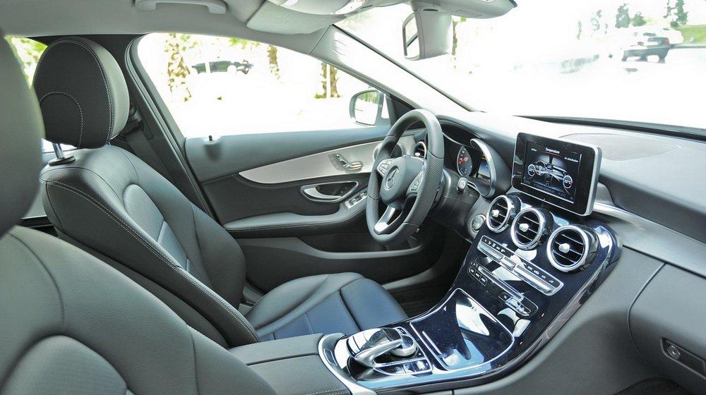 Nội thất của Mercedes-Benz C200 2015 có nhiều cải tiến mạnh mẽ.