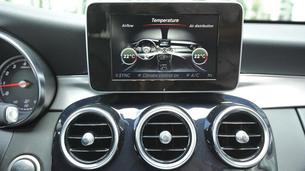 Mercedes-Benz C200 2015 khiến người dùng hoàn toàn yên tâm khi được trang bị hàng loạt hệ thống an toàn hiện đại.