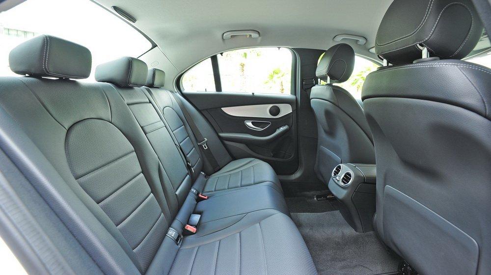 So sánh xe Audi A4 2016 và Mercedes-Benz C200 2015: Các ghế ngồi của C200 được bọc da.