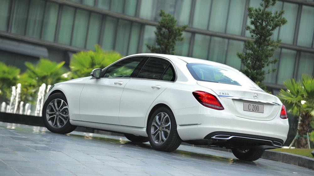 So sánh xe Audi A4 2016 và Mercedes-Benz C200 2015: Đuôi xe C200 2015 thể hiện rõ nét phong cách thiết kế tinh tế.