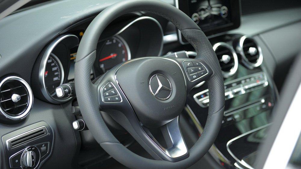So sánh xe Audi A4 2016 và Mercedes-Benz C200 2015: Vô-lăng của C200 2015 được bọc da nappa.