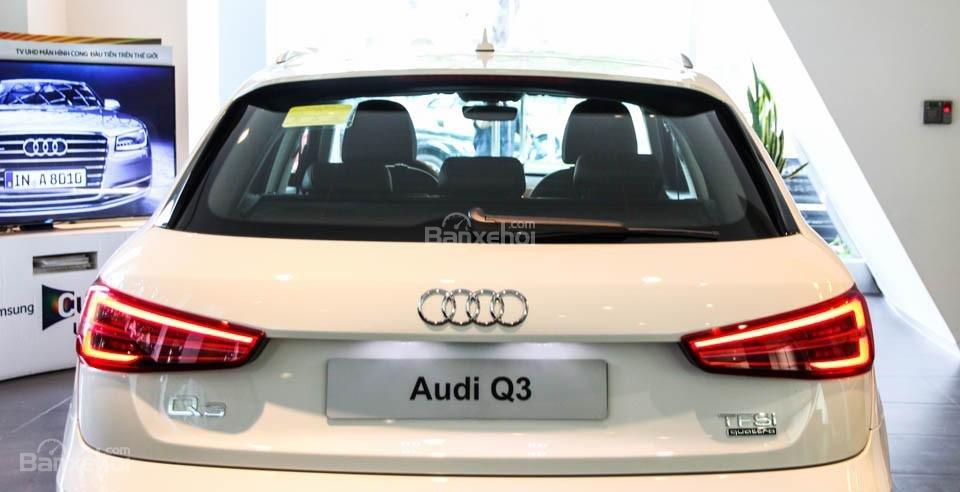 Đánh giá xe Audi Q3 2016 có logo mạ crom sang trọng nằm giữa nắp cốp sau.