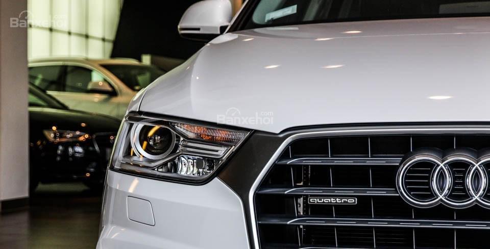 Đánh giá xe Audi Q3 2016 có đèn pha với công nghệ Xenon Plus rất hiện đại.