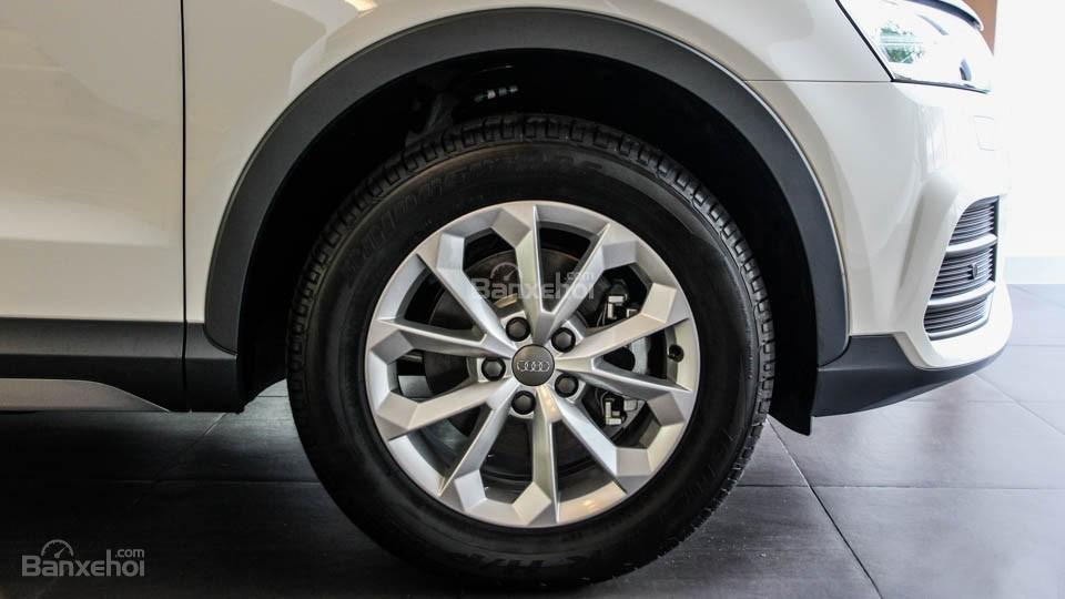 Đánh giá xe Audi Q3 2016 có la zăng 5 chấu kép với hoa văn độc đáo.