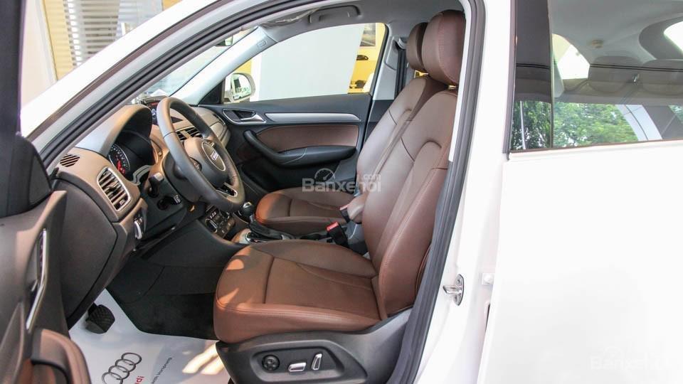 Đánh giá xe Audi Q3 2016 có hàng ghế trước với khoảng để chân rất rộng rãi.