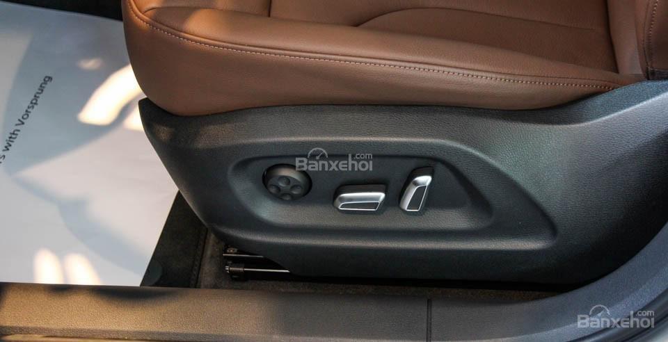 Đánh giá xe Audi Q3 2016 có hàng ghế phía trước chỉnh điện hiện đại.