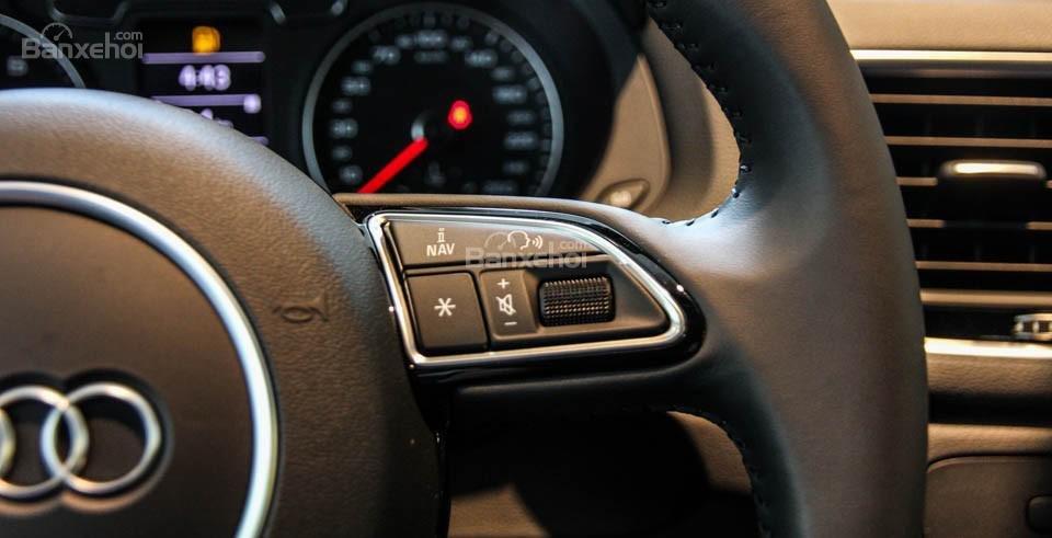 Đánh giá xe Audi Q3 2016 có các phím tăng - giảm âm lượng, bản đồ.